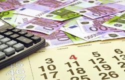 Geldscheine, Taschenrechner und ein Kalender