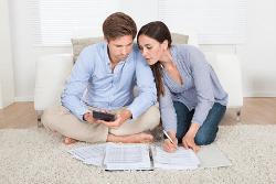 Paar berechnet seinen Kreditbedarf
